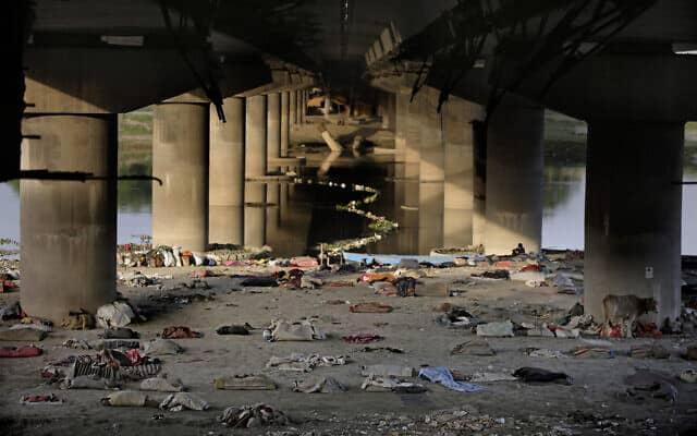 אזור המחייה של הומלסים באחת השכונות בניו דלהי, הודו. המשטרה פינתה את כל דרי הרחוב למחנות הסגר. 15 באפריל 2020 (צילום: AP Photo/Altaf Qadri)