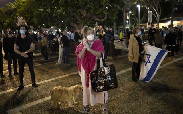עידן הקורונה: הפגנה בתל אביב נגד היאחזות נתניהו בשלטון, 19 באפריל 2020 (צילום: AP Photo/Oded Balilty)