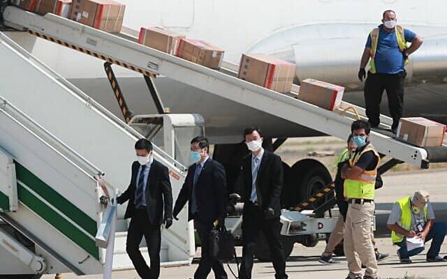 עידן הקורונה: סיוע רפואי כמחווה דיפלומטית, מטוסים סיניים פורקים אספקה בעיראק, 20 באפריל 2020 (צילום: AP Photo/Hadi Mizban)