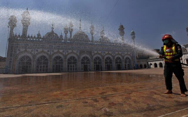 גם בפקיסטן: חיטוי מסגד מפני הקורונה, לקראת הרמדאן, 21 באפריל 2020 (צילום: AP Photo/Anjum Naveed)