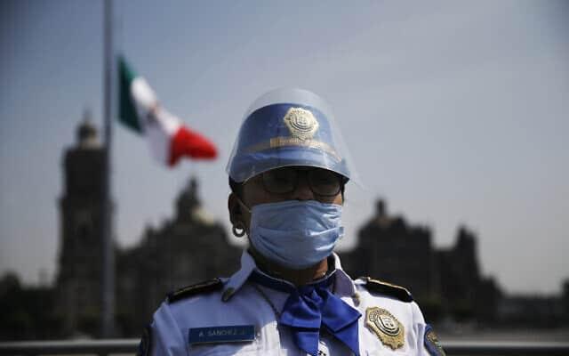 משבר הקורונה במקסיקו: הדגל הורד לחצי התורן לאות הזדהות עם משפחות הקרבנות (צילום: AP Photo/Marco Ugarte)