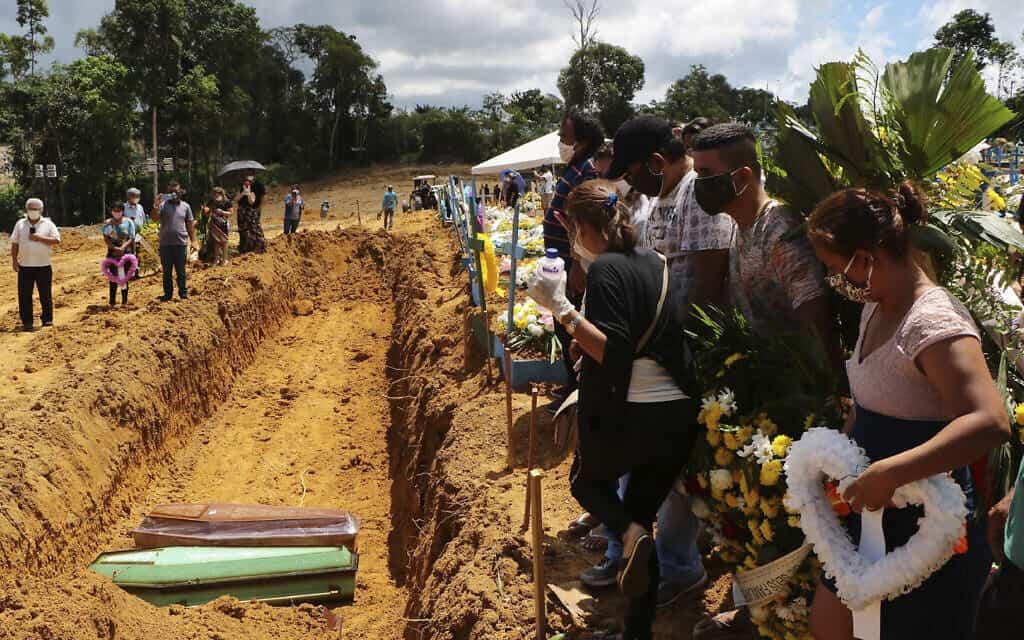 משבר הקורונה בברזיל: קבר אחים לקרבנות המגפה (צילום: AP Photo/Edmar Barros)