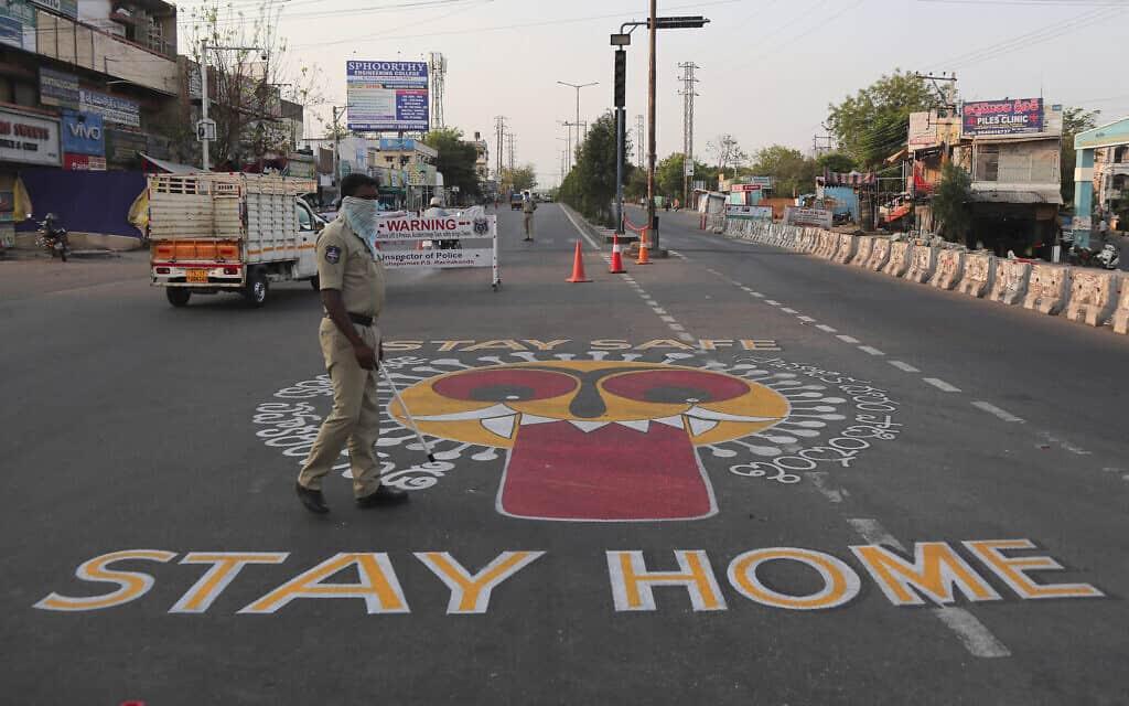 שוטר בהידרבאד, ב-22 באפריל 2020, שם הוטל סגר על התושבים (צילום: AP Photo/Mahesh Kumar A)