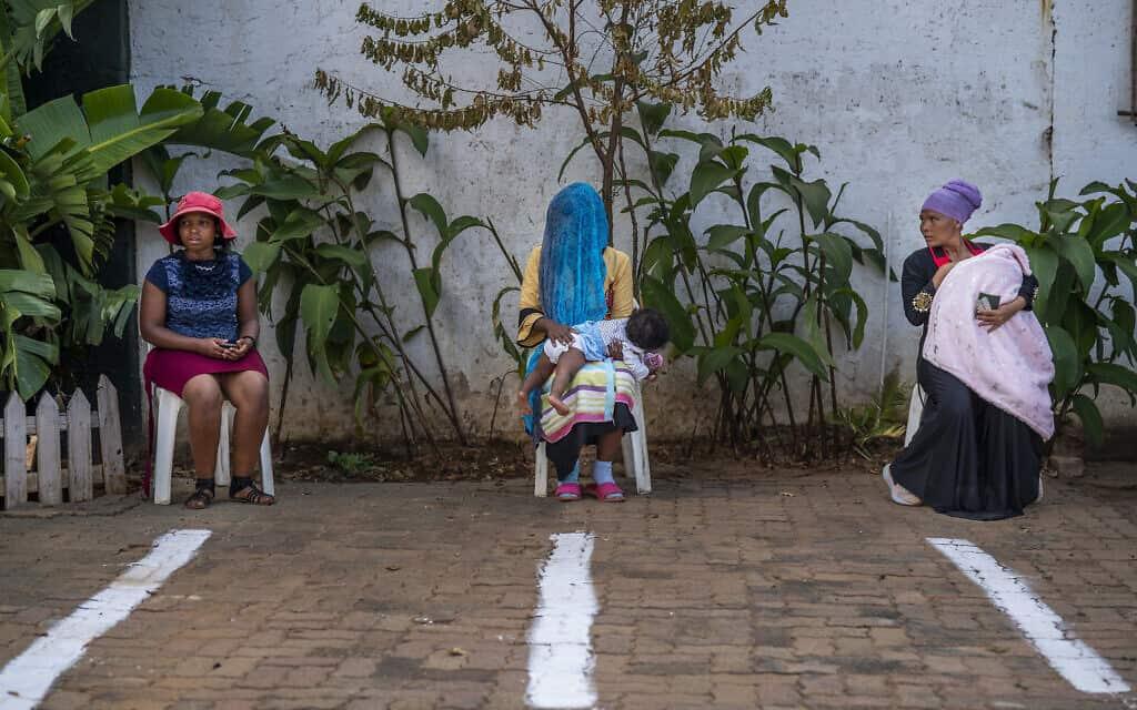 רמדאן גם בדרום אפריקה: נשים מוסלמיות ממתינות לתורן להיכנס למסגד, תוך הקפדה על כללי הריחוק החברתי, 23 באפריל 2020 (צילום: AP Photo/Jerome Delay)