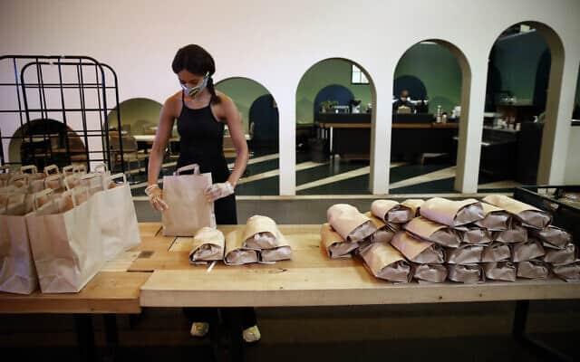 סייעו לנזקקים! אריזת חבילות מזון בצרפת (צילום: AP Photo/Christophe Ena)