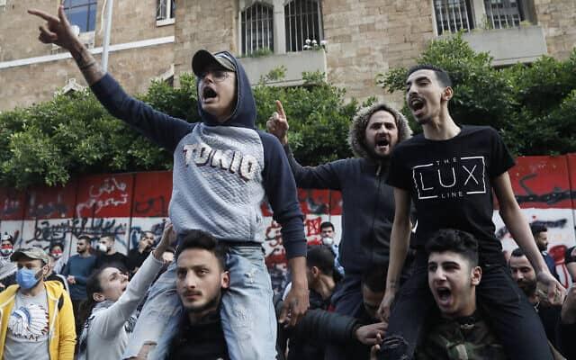 עידן הקורונה: הפגנה נגד הבנק המרכזי בלבנון, 23 באפריל 2020 (צילום: AP Photo/Hussein Malla)