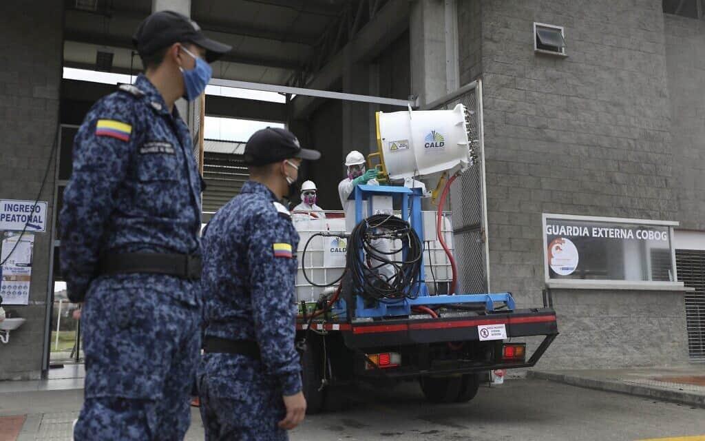 משבר הקורונה בקולומביה: עבודות חיטוי בכניסה לבית כלא בבוגוטה (צילום: AP Photo/Fernando Vergara)