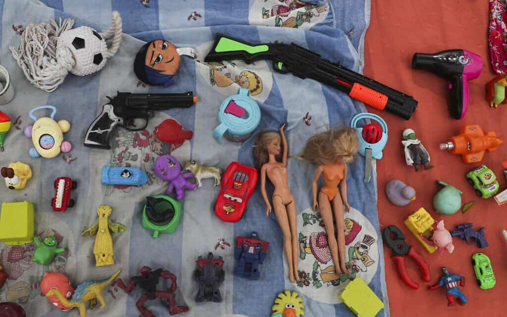 משבר הקורונה בצ'ילה: צעצועים משומשים מוצעים למכירה ליד מרכז קהילתי (צילום: AP Photo/Esteban Felix)