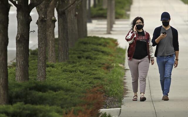 להשקיע במערכת היחסים! זוג מטייל בשבילי אוניברסיטת טקסס (צילום: AP Photo/Charlie Riedel)