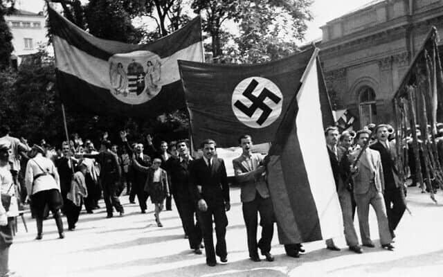 הדגל הנאצי נישא על פני הארמון הבולגרי בסופיה, במצעד חגיגי בעקבות השבת חבל דרום דוברוג'ה מרומניה לבולגריה, 8 בספטמבר 1940 (צילום: AP)