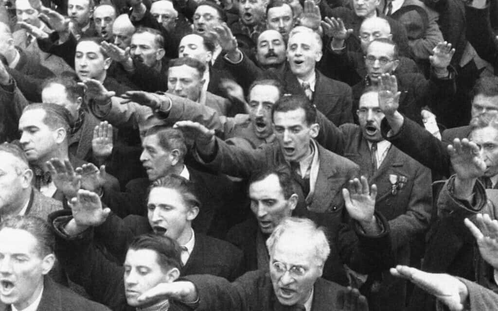וטרנים צרפתיים נשבעים אמונים למרשל פיליפ פאטן בכיכר העיר ליון, נובמבר 1940 (צילום: AP)