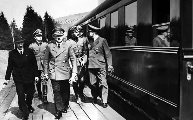 מלך בולגריה בוריס, בלבוש אזרחי, משמאל, עם אדולף היטלר ויואכים פון ריבנטרופ, מימין, ב-14 במאי 1941 (צילום: AP)