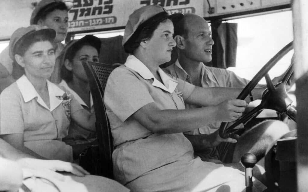 יוני 1941: נשים יהודיות לומדות כיצד לנהוג על אוטובוס בדרך לירושלים, לאחר שגברים יהודיים רבים הצטרפו לצבא הבריטי כדי להילחם בנאצים (צילום: AP)