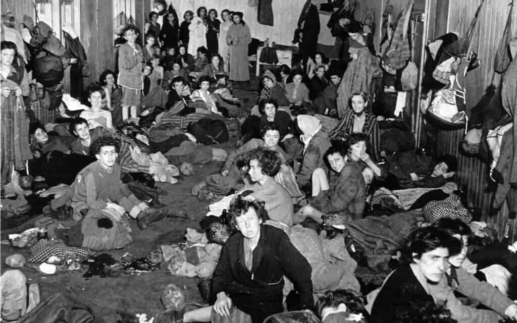 אסירות בברגן-בלזן, רבות מהן חולות, אפריל 1945 (צילום: AP)