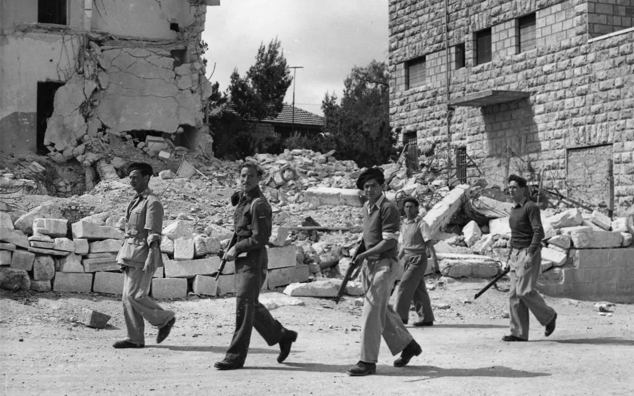 חברי ההגנה מסיירים בשכונת קטמון בירושלים, 6 במאי 1948 (צילום: AP Photo/Pringle)