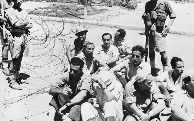 חיילים בריטיים בודקים תעודות זיהוי של יהודים החשודים כחברי מחתרת, אוגוסט 1946 (צילום: AP Photo)