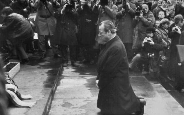 קנצלר מערב גרמניה לשעבר וזוכה פרס נובל וילי ברנדט במהלך ביקורו באתר גטו ורשה ב-1970 (צילום: AP)
