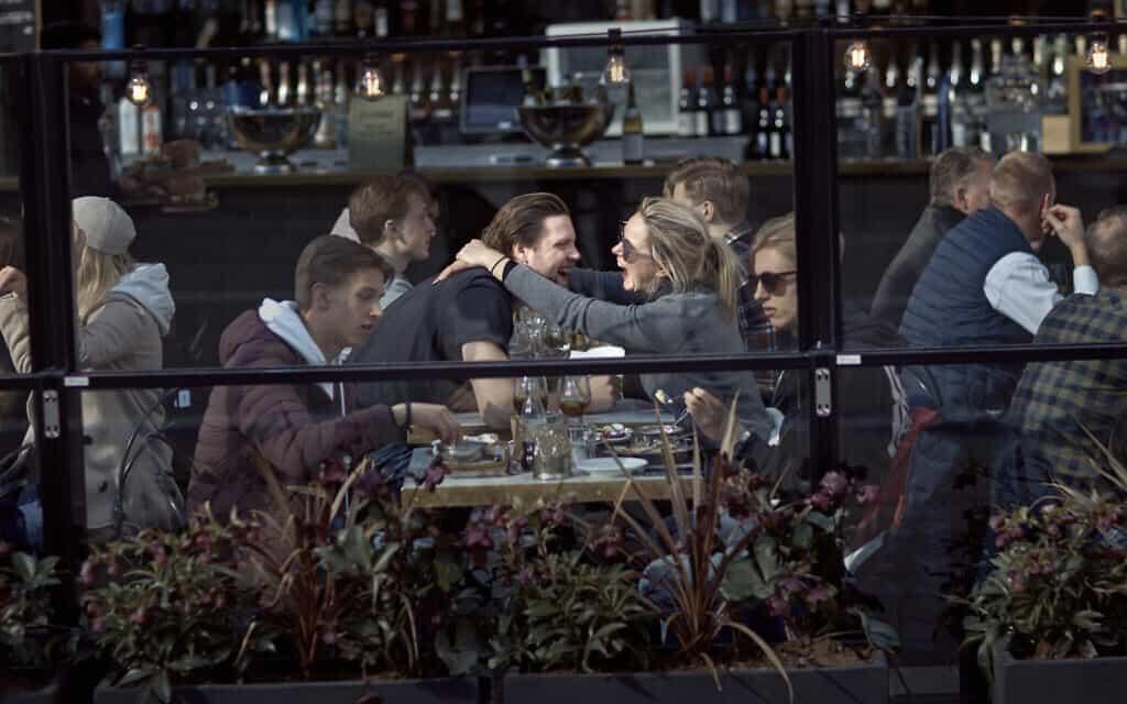 בית קפה בשוודיה, 14 באפריל 2020, שוודיה ממליצה לתושביה על ריחוק חברתי אבל מאפשרת חופש תנועה אישי, בניגוד לארצות רבות אחרות באירופה (צילום: AP-Photo-Andres-Kudacki)