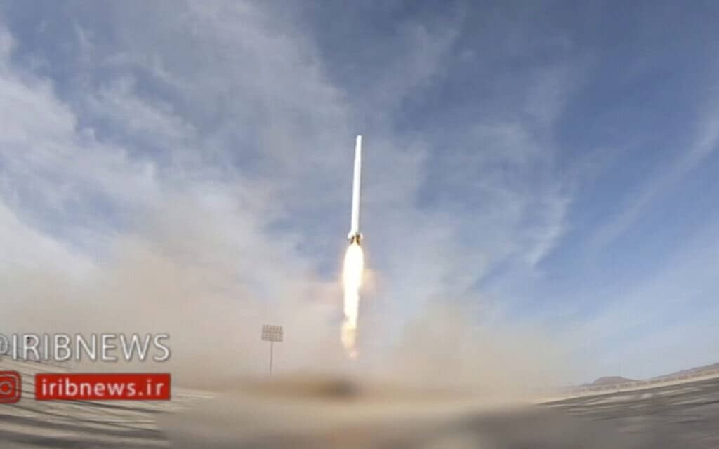 צילום מסך מוידאו, טיל אירני נושא לווין מאזור לא ידוע באיראן (צילום: IRIB-via-AP)