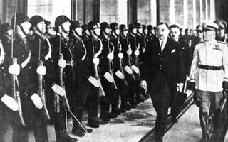 ראש ממשלת בולגריה בוגדן פילוב, במרכז, עם מנהיג איטליה בניטו מוסוליני, מימין, ברומא, 1941 (צילום: רשות הציבור)