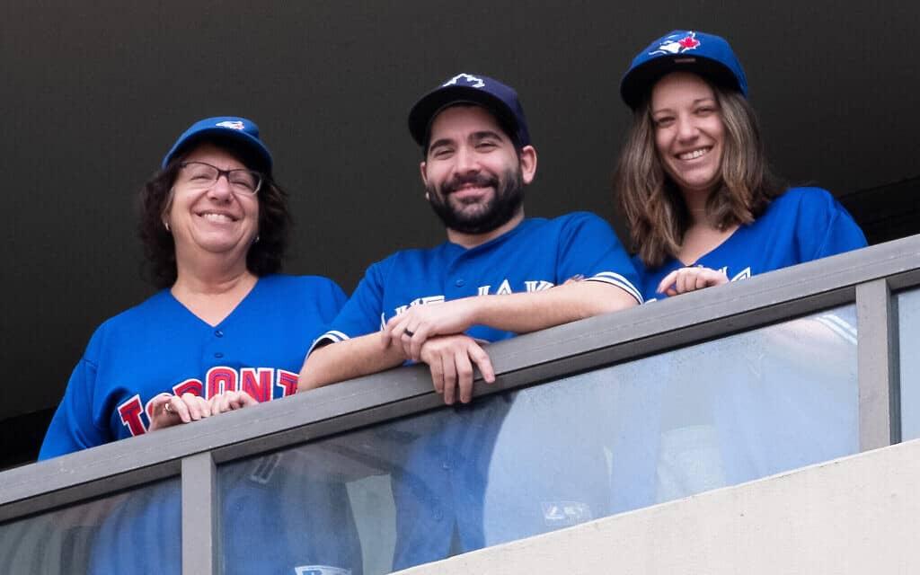 סינדי גרינספון, (שמאל), ריצ'רד וזואי מארצ'יס, בצילום של אליוט סילמן באפריל 2020 (צילום: Courtesy)
