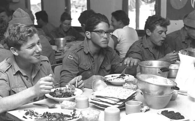 """ארוחת צהריים של פסח בהיאחזות הנח""""ל גרופית (לימים קיבוץ) בנגב, 1964, ארכיון (צילום: משה פרידן לע""""מ)"""