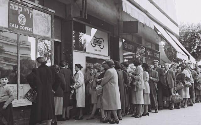 תושבים בתל אביב עומדים בתור לרכישת אוכל בתלושי מזון. פברואר 1954 (צילום: לע״מ PINN HANS)