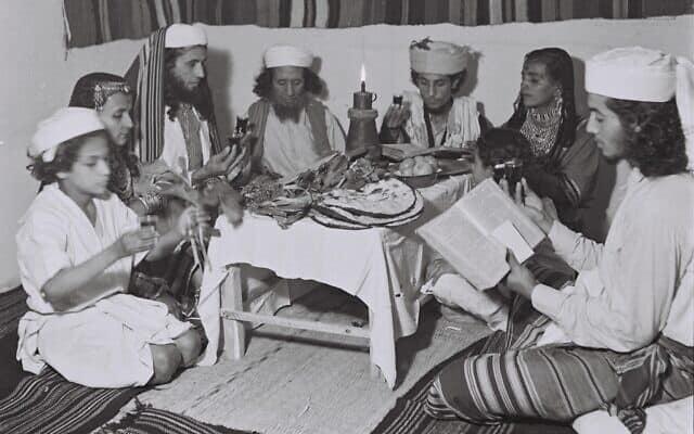 """משפחת עולים חבנים מתימן חוגגת סדר פסח מסורתי בתל אביב, 1946 (צילום: KLUGER ZOLTAN לע""""מ)"""