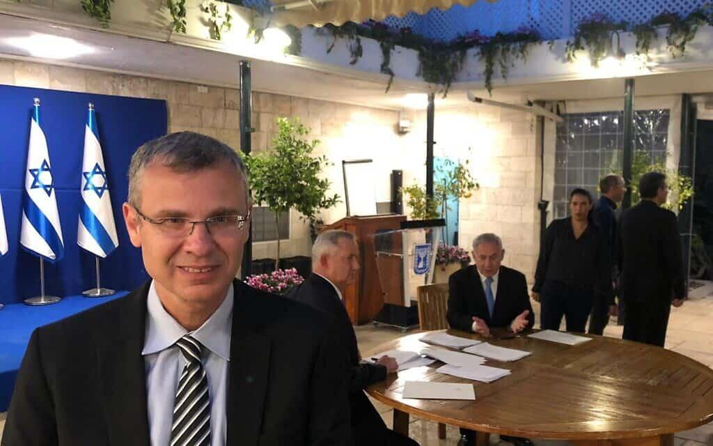 יריב לוין במועד חתימת ההסכם בין בנימין נתניהו ובני גנץ, ב-20 באפריל 2020