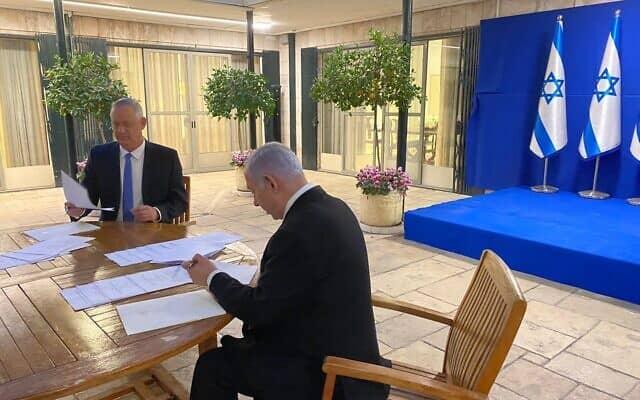 בני גנץ ובנימין נתניהו חותמים על ההסכם הקואליציוני במעון ראש הממשלה בבלפור, ב-20 באפריל 2020
