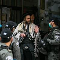 משטרת ישראל סוגרת בית כנסת (צילום: Olivier-Fitoussi-Flash90)