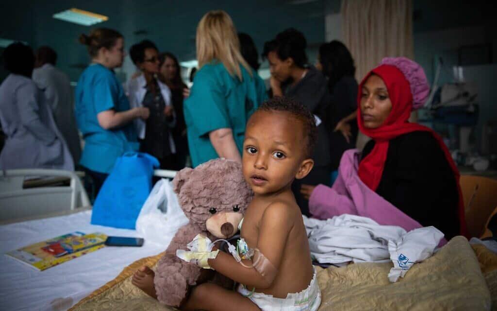 """משלחת סיוע רפואי ישראלית של """"הצל לב ילד"""" לאתיופיה מנתחת ילדים מקומיים יחד עם צוות רפואי מקומי (צילום: Yonatan-Sindel-Flash90)"""