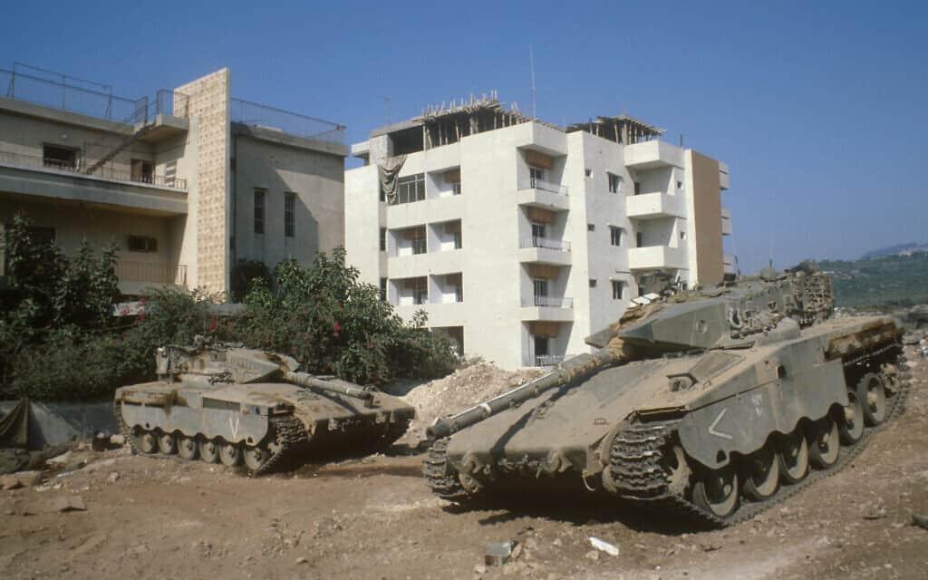 טנקים של צה״ל חונים ליד בתים בעיר צור בלבנון. יולי 1982 (צילום: Yossi Zamir/Flash90)