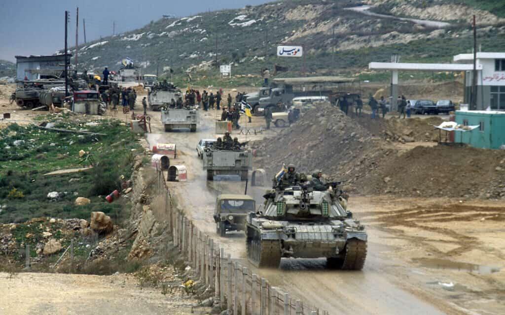 """כוחות צה""""ל נוסעים מעל גשר העוואלי בלבנון (צילום: Yossi Zamir/Flash90)"""