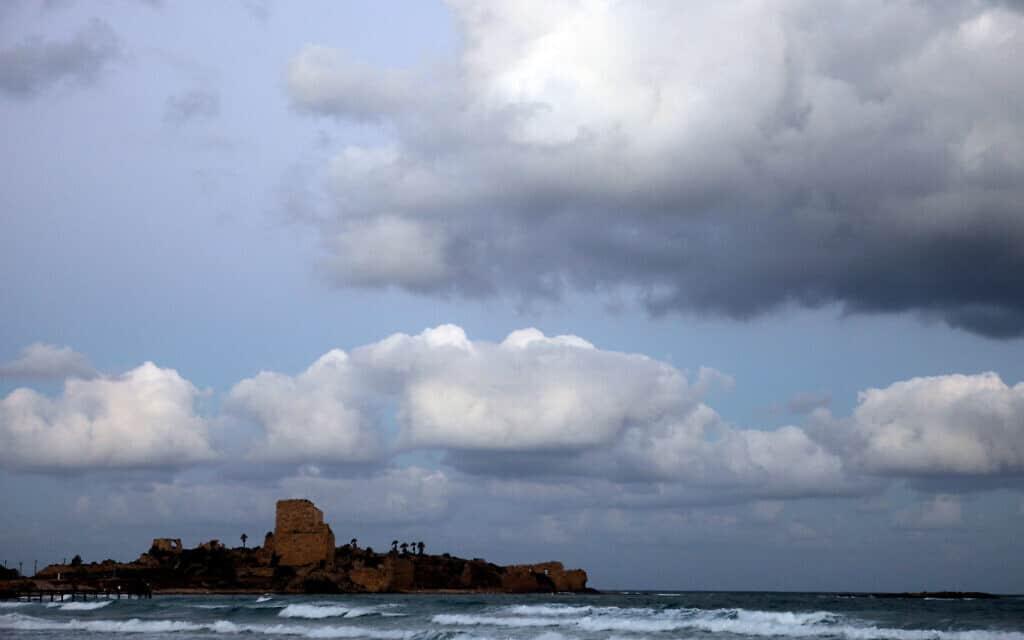 חוף המבצר בעתלית (צילום: Abir Sultan/Flash 90)