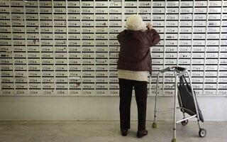 אישה פותחת תיבת דואר (צילום: Miriam Alster/FLASH90)