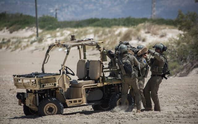 תרגיל חילוץ של חיל הים בחוף המבצר בעתלית (צילום: Hadas Parush/Flash90)
