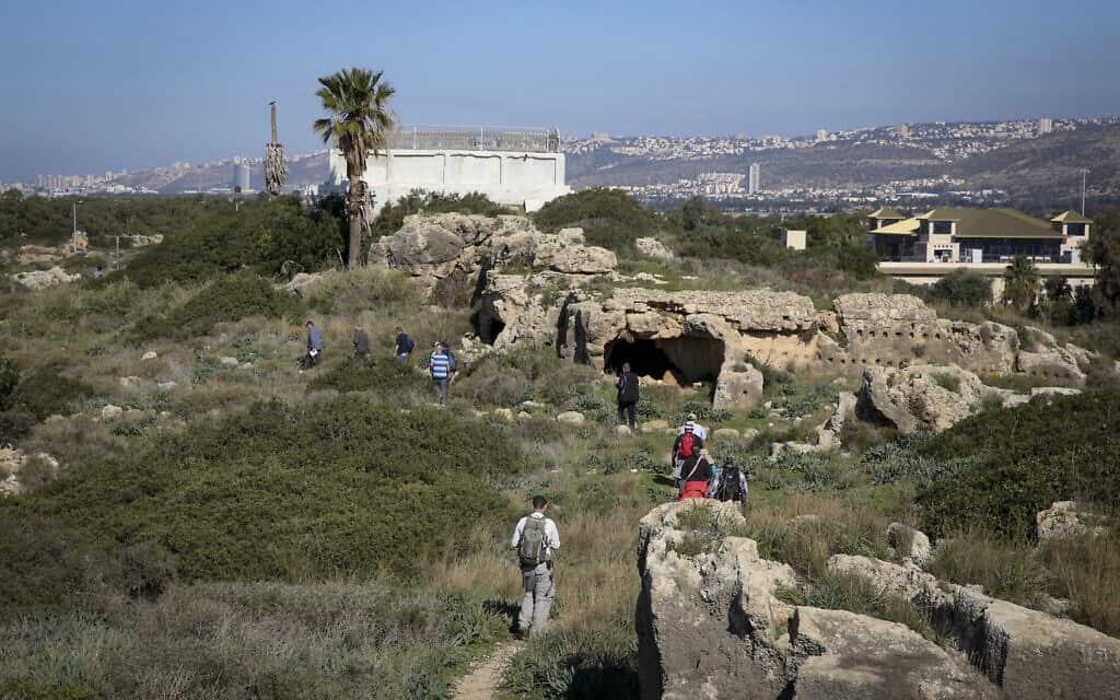 אנשים מטיילים סמוך לחוף המבצר בעתלית (צילום: Yossi Zamir/Flash90)