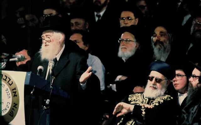 הרב אלעזר מנחם שך נואם בהיכל הספורט ביד אליהו 1990 (צילום: Moshe Shai/FLASH90)