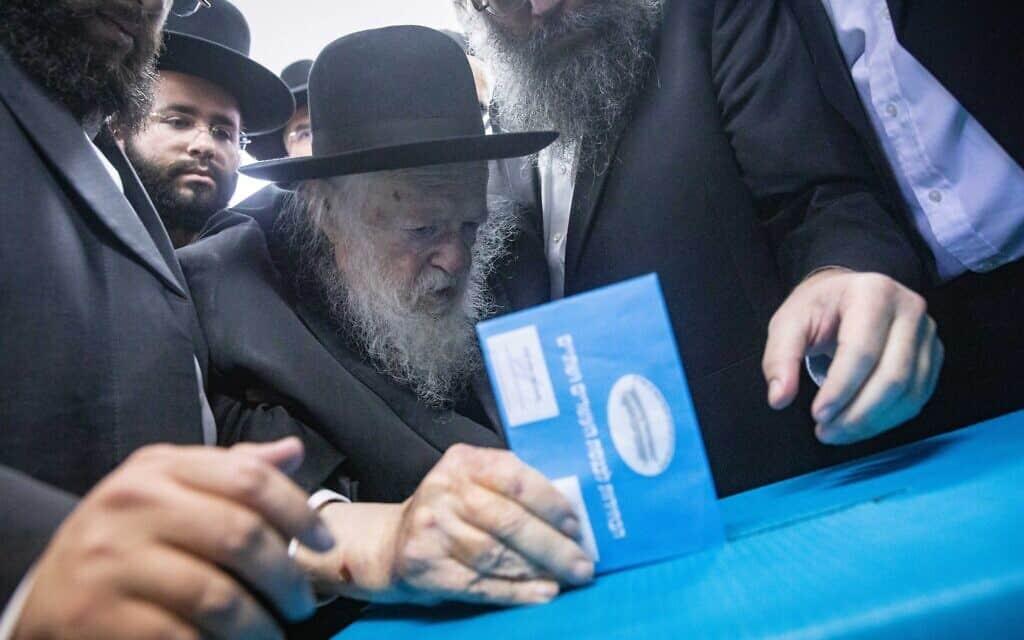 הרב חיים קנייבסקי מצביע בבחירות לכנסת, ספטמבר 2019 (צילום: Aharon Krohn/Flash90)