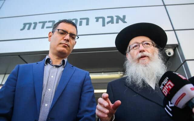 יעקב ליצמן עם מנכ״ל משרד הבריאות משה בר סימן טוב. (צילום: פלאש 90)