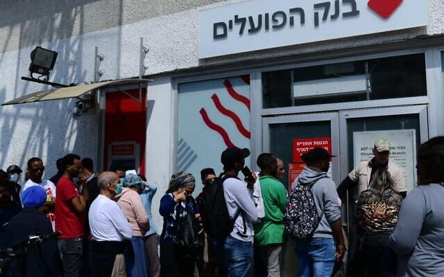אנשים ממתינים בתור בכניסה לסניף בנק בירושלים. מרץ 2020 (צילום: Tomer Neuberg/Flash90)