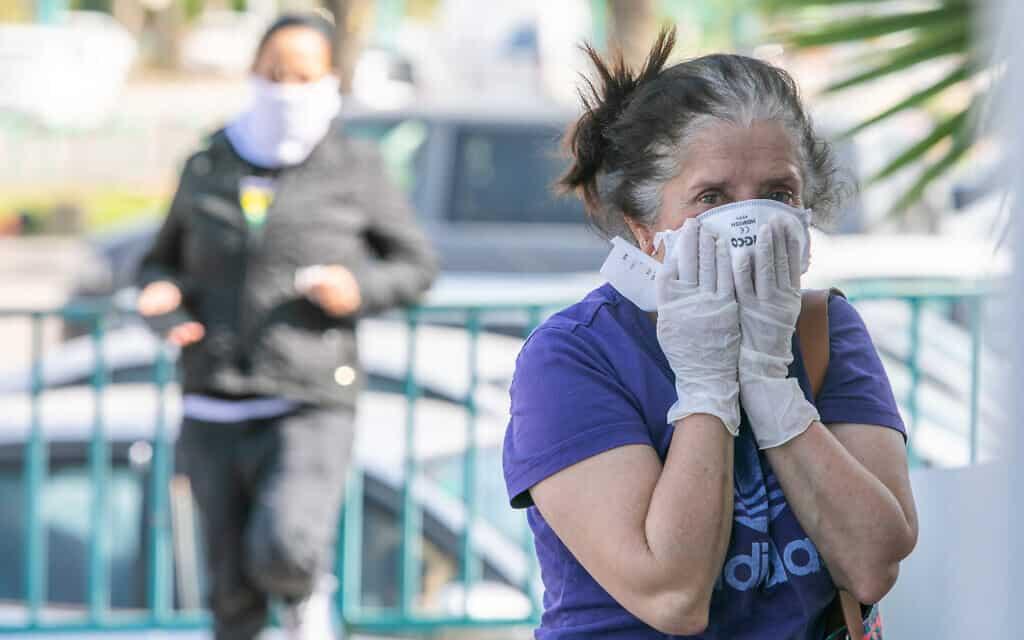 משבר הקורונה: אישה חובשת מסכת פנים ברמלה (צילום: Yossi Aloni/Flash90)