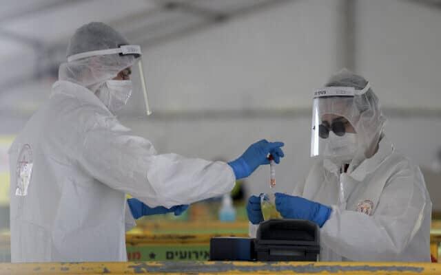 אנשי מגן דוד אדם מבצעים בדיקת קורונה. אפריל 2020 (צילום: Gili Yaari/Flash90)