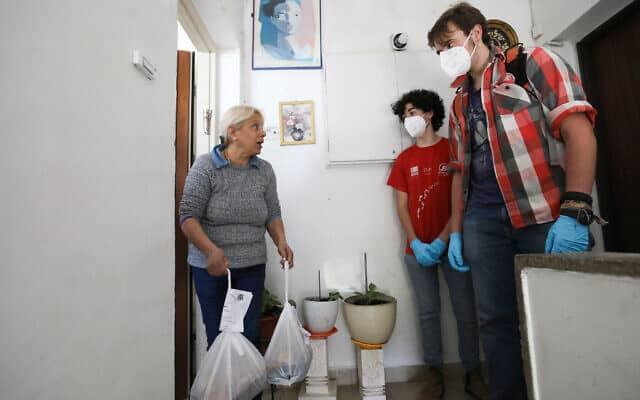 מתנדבים מחלקים ארוחות חמות לקשישים בירושלים. מרץ 2020 (צילום: Yossi Zamir/Flash90)