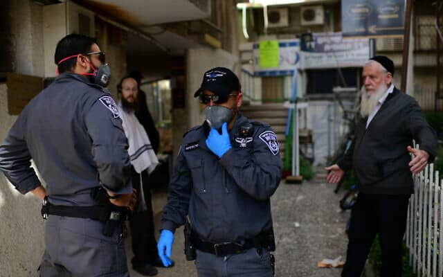 כוחות משטרה אוכפים את סגר הקורונה בבני ברק (צילום: Tomer Neuberg/Flash90)