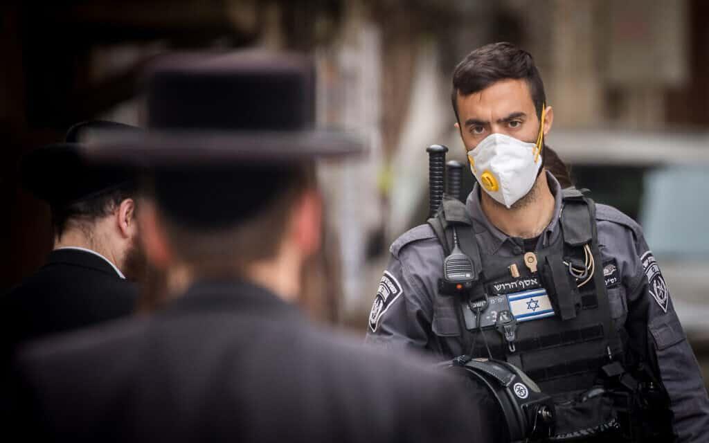 אכיפת תקנות הקורונה במאה שערים, למצולמים אין קשר לנאמר (צילום: Yonatan Sindel/Flash90)