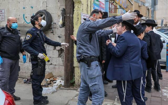 שוטרים מגיעים לסגירת בתי כנסת בבני ברק. אפריל 2020. (צילום: Yossi Zamir/Flash90)