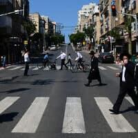 הרחוב הראשי בבני ברק אחרי שהוכרז על העיר כאזור מוגבל. יום שישי, ה-3 באפריל 2020 (צילום: תומר נויברג/פלאש90)