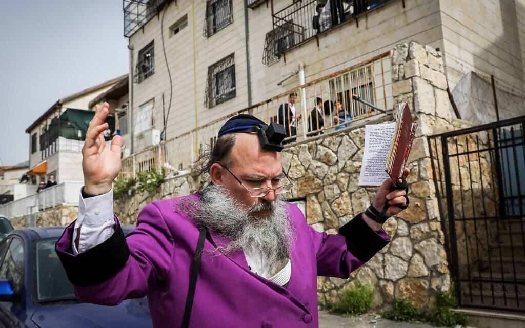 """משבר הקורונה: גבר חרדי בבית""""ר עלית (צילום: נתי שוחט/פלאש90)"""